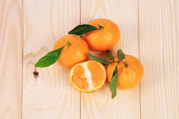Mandarini su sfondo di legno