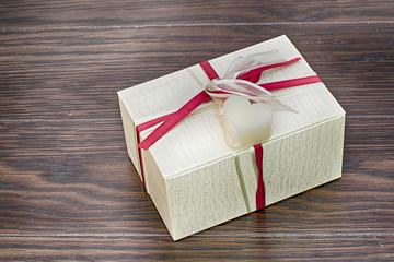 pacchetto regalo su tavolo