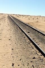 砂漠を行く長大な貨物列車