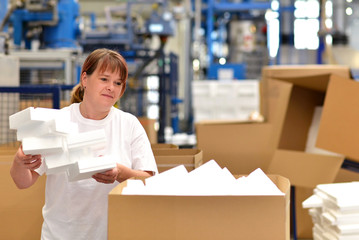 Frau in d. Versandabteilung //  Woman in shipping department