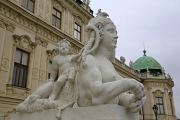 Skulptur Sphinx und Knabe vor Schloss Belvedere in Wien