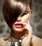 Fototapety Fringe. Beauty Sexy Model Girl with Perfect Makeup and Manicure