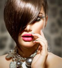 Fringe. Beauty Girl Modelo sexy con maquillaje perfecto y manicura