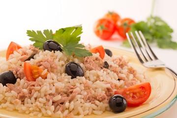 risotto con tonno, olive e pomodori