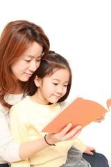 子供に本を読み聞かせる母親