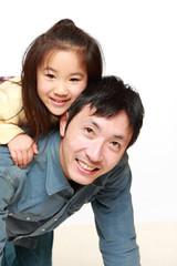 お馬さんごっこをする日本人のパパと娘
