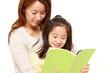 娘に本を読み聞かせるママ