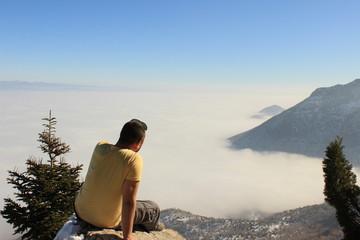 sis bulutları üzerinde manzara izlemek