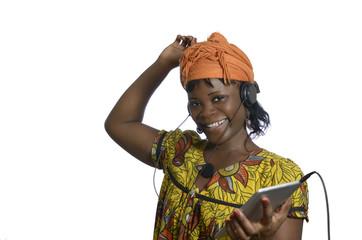 Afrikanische Frau hört Musik mit Tablet PC