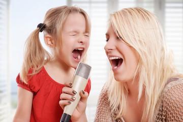 Mutter und ihr Kind beim singen