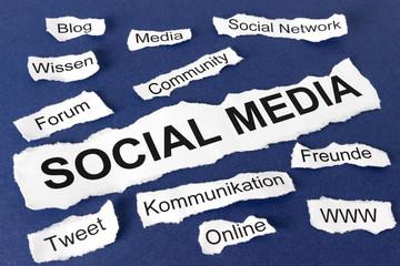 Social Media - Wörter auf Papierstücken