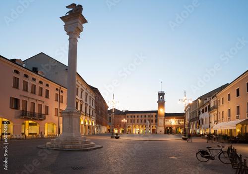 Leinwanddruck Bild Rovigo - Piazza Vittorio Emanuele di sera