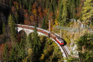 Mariazellerbahn mit Reihe 1099 auf dem Klausgrabenviadukt