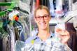 Textilreinigerin  in einer chemischen Reinigung