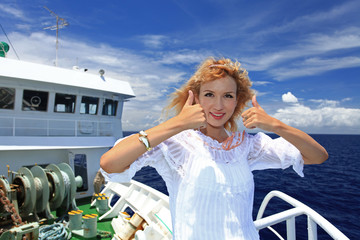 南国の船上で寛ぐ笑顔の女性