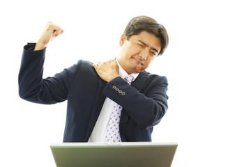 肩痛を訴えるビジネスマン