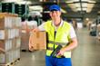 Lagerist von Spedition scannt Paket in Lager