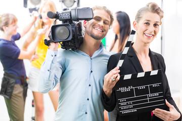 Frau mit Filmklappe bei Produktion am Film Set