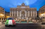 Voiture de Collection prés de la Fontaine de trevi Rome - 60218273