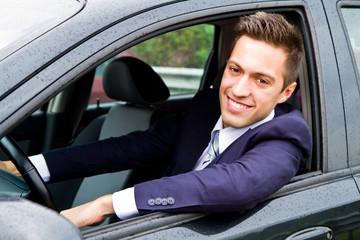 uomo che guida la macchina