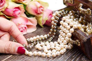 cofanetto di gioielli e rose