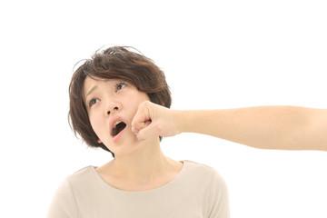 殴られる女性