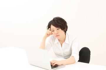 残業中の女性