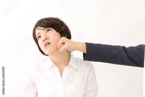 殴られる女性 Poster
