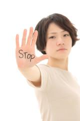 止める女性