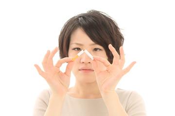 タバコを折る女性