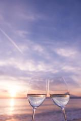 サンセットのビーチで乾杯