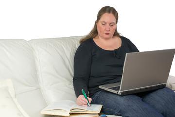 Frau studiert von zuhause aus