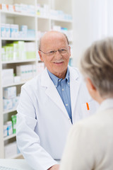 seniorin kauft in der apotheke