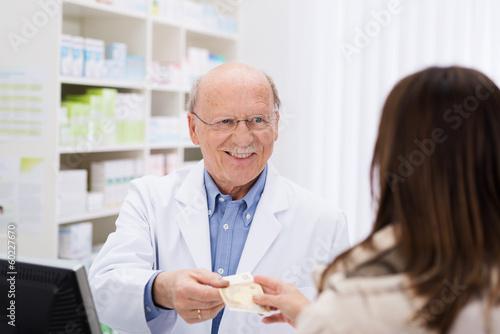 kundin zahlt 50 euro in der apotheke