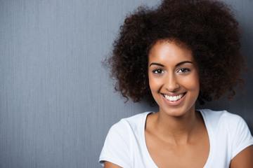 lächelnde frau mit afro-frisur