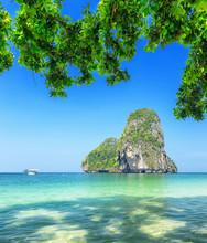 L'eau claire et ciel bleu. Phra Nang Beach, Thaïlande