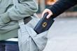 Trickbetrüger begeht taschendiebstahl in der Fußgängerzone