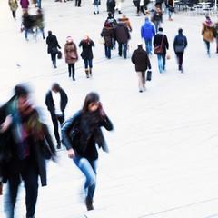 Menschen in der Stadt unterwegs