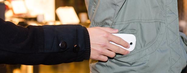 taschendieb stiehlt smartphone