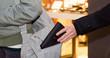 dieb stiehlt geldbörse aus handtasche