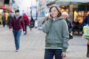 junge telefonierende frau in der großstadt