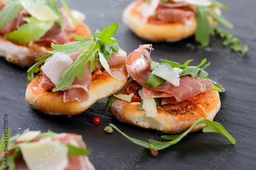 Pizza-Fingerfood mit Schinken und Rucola