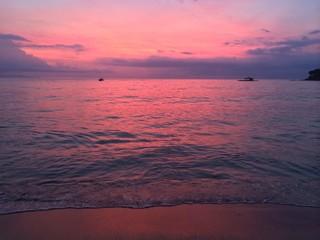 красивый розовый закат на море