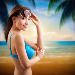 junge Frau vor Strandhintergrund