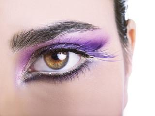 Occhi castani con ciglia finte lilla