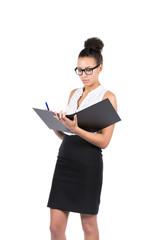 Junge Büroangestellte schreibt in einen Aktenorder