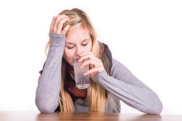 Erkältete Frau - krank - Kopfschmerztablette
