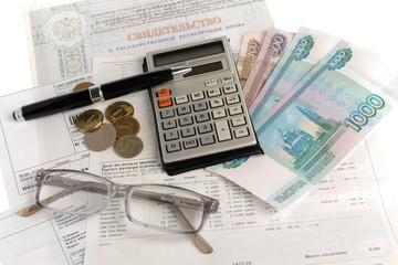 Квитанции, калькулятор, очки, деньги на белом фоне