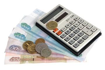 Калькулятор, монеты на купюрах рублей на белом фоне