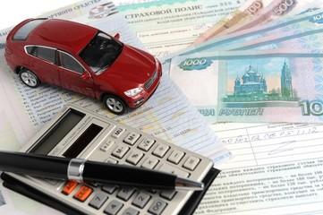 Автомобиль на фоне полиса, паспорта и денег